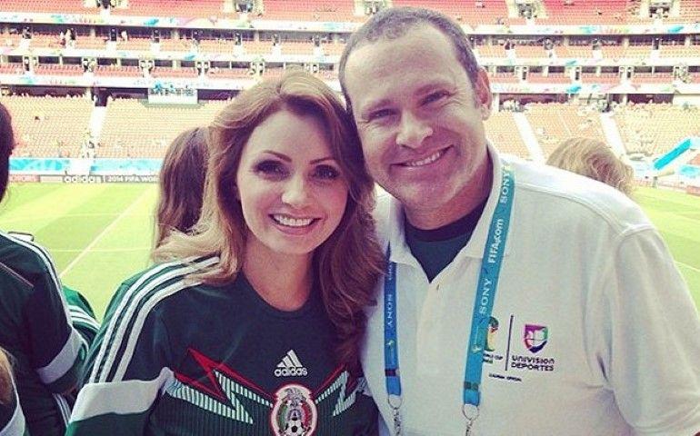 Angélica Rivera acompaña a la selección mexicana Con el conductor Alan  Tacher. Foto  Cortesía fe6cf252b7e89