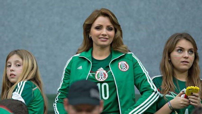 A lo largo del partido Angélica y sus hijas animaron a la selección azteca.  Foto  Cortesía b6f702c8e64cb
