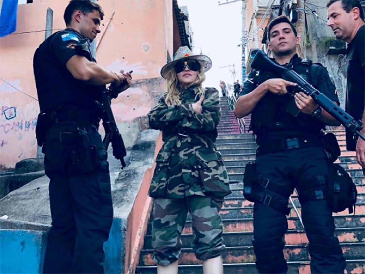 Madonna genera polémica por foto en favela de Río de Janeiro — Facebook