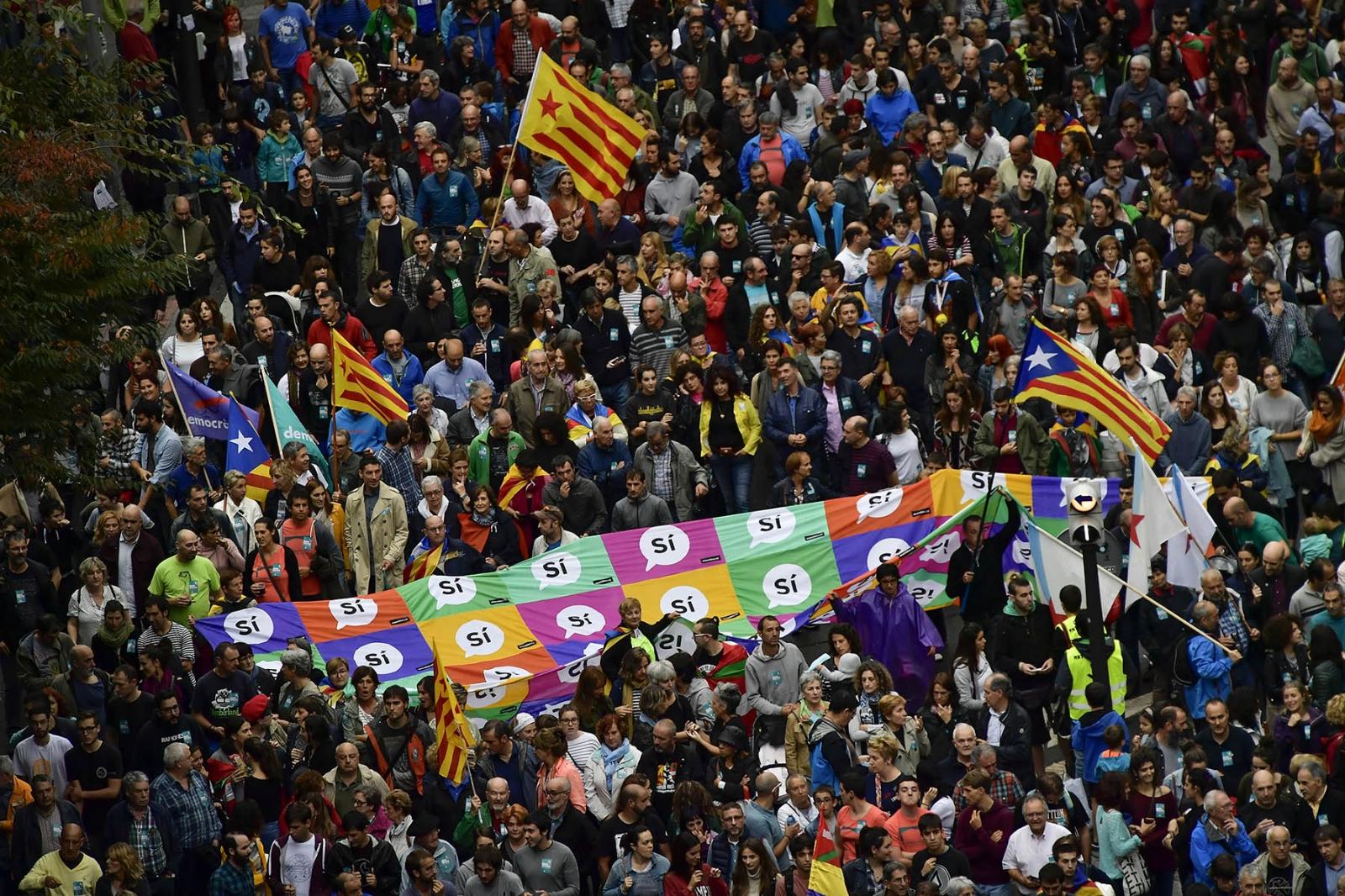 España acordona colegios para evitar que los independentistas catalanes voten este domingo