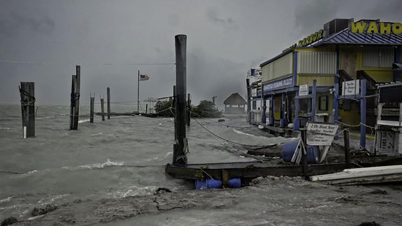 Huracán Irma bajó a categoría uno en su paso por Florida