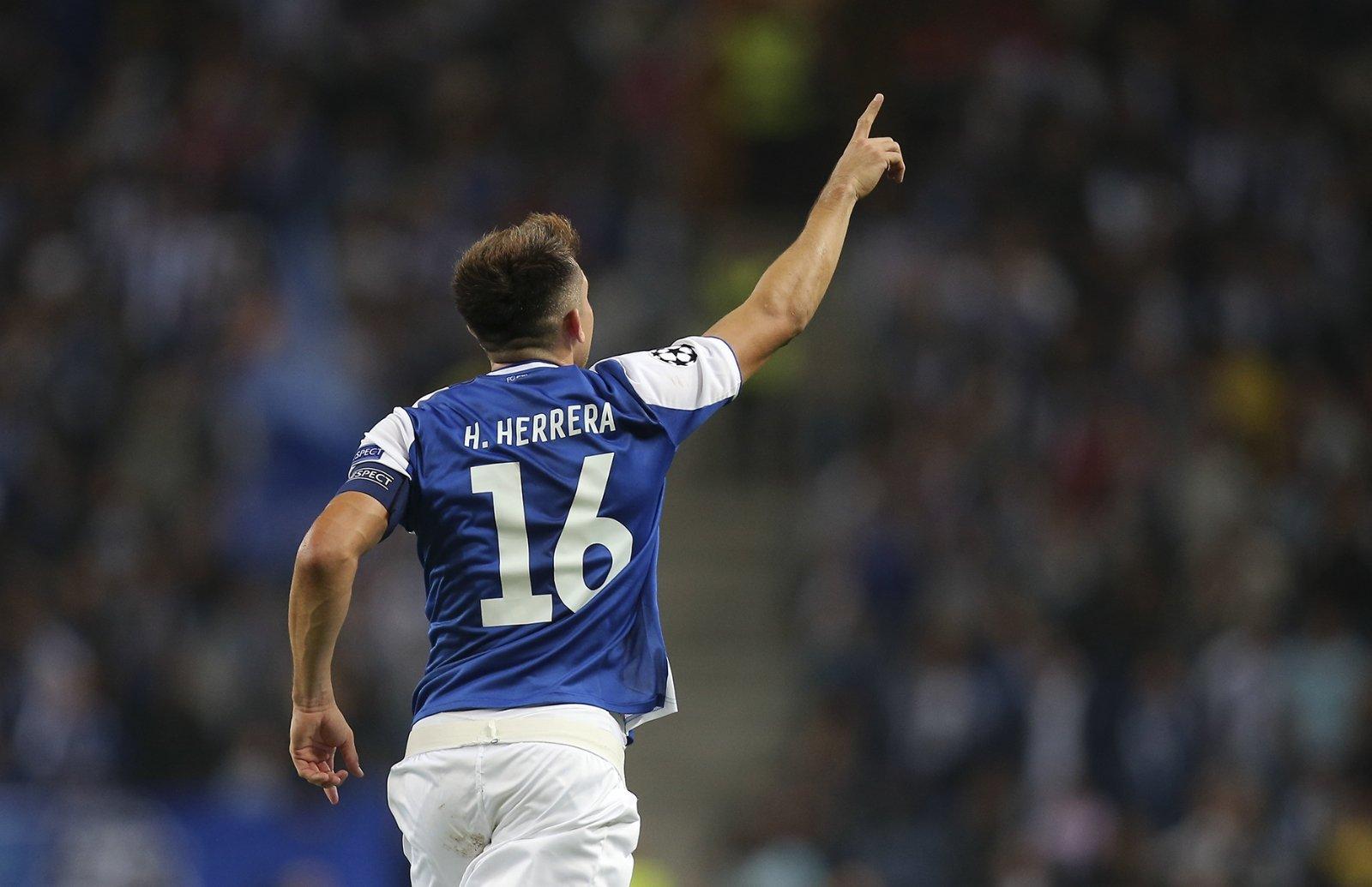 Héctor Herrera le da victoria y liderato al Porto