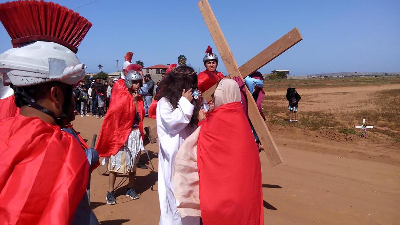 Espectador golpea a un soldado romano para salvar a Jesús en Brasil