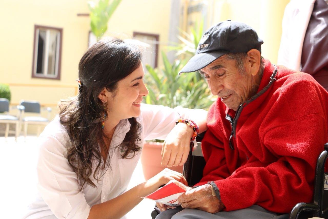 Génesis Márquez visita la Casa Hogar del Anciano en Ensenada - El Vigía