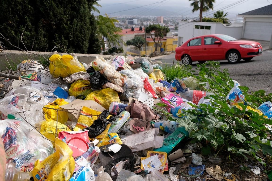 96f73032b Los ciudadanos utilizan las bolsas de plástico para echar basura en sus  hogares, sin embargo, por la falta de una buena recolección de desechos  terminan en ...