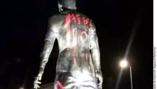 Grafitean con Messi estatua de CR7