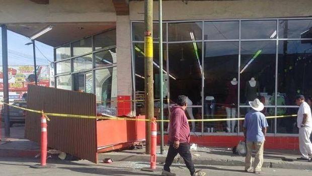 Choca vehículo contra establecimientos en zona centro
