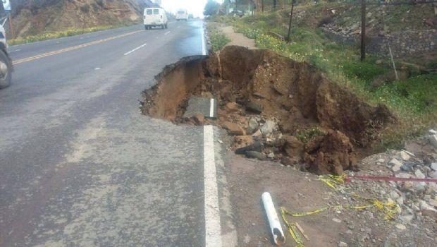 Se desgaja tramo de carretera en Maneadero
