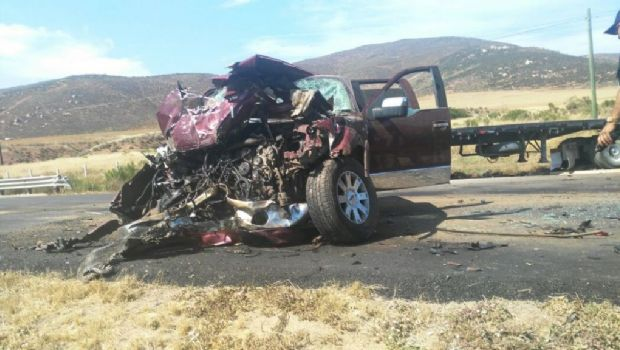 Chocan dos vehículos en Maneadero
