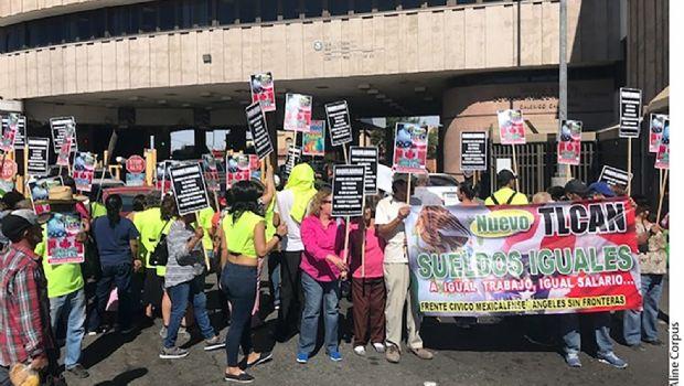 Protestan por salarios en garita de Mexicali