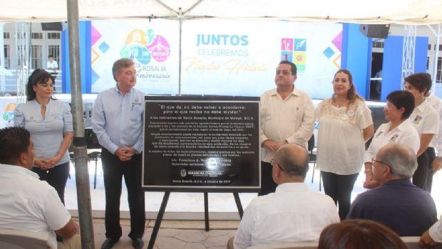 Entrega Kiko Vega placa de agradecimiento al pueblo de Santa Rosalía por su apoyo a normalistas