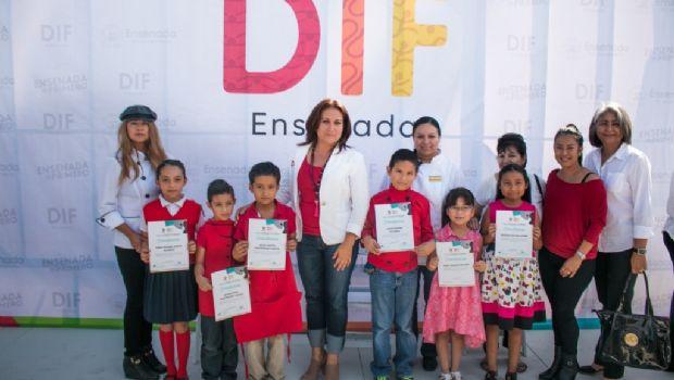 Mirna de Novelo reconoce a estudiantes de los centros de desarrollo comunitario