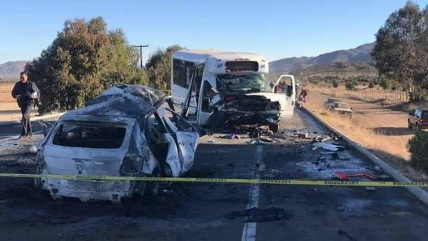 Ocurre choque fatal entre microbús y carro