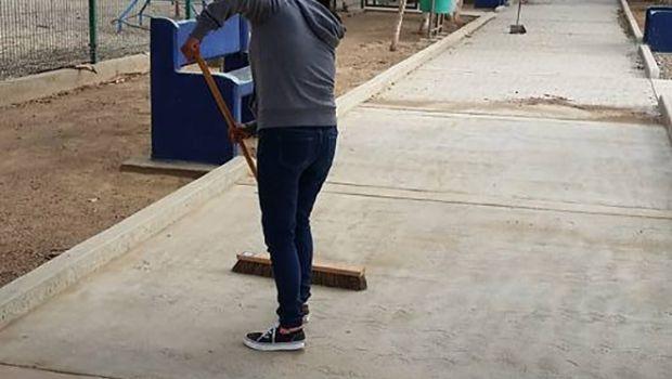 Rehabilitan alumnos bancas  del Parque Leona Vicario