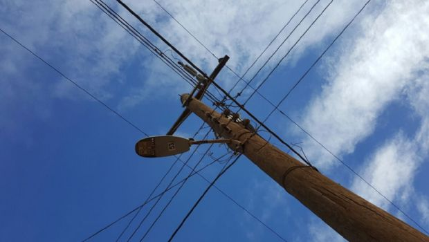Repara XXII Ayuntamiento luminarias en Camalú