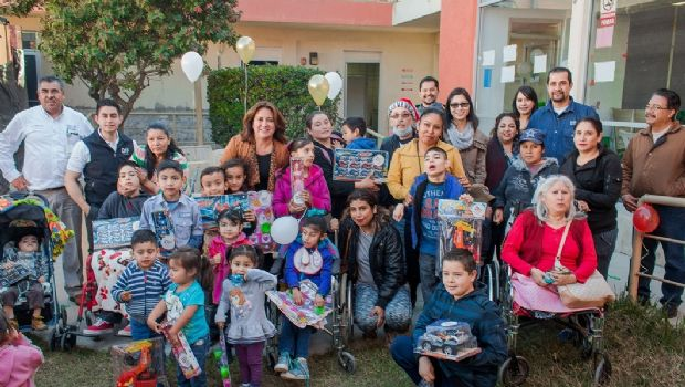 Mirna de Novelo festeja fiestas decembrinas con los niños y niñas del CRI Ensenada
