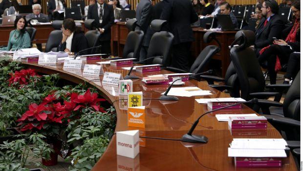 Reniegan partidos por recorte del INE
