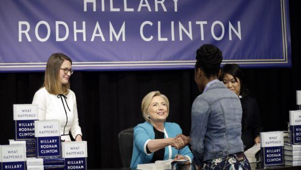 Reparte Clinton las culpas de derrota