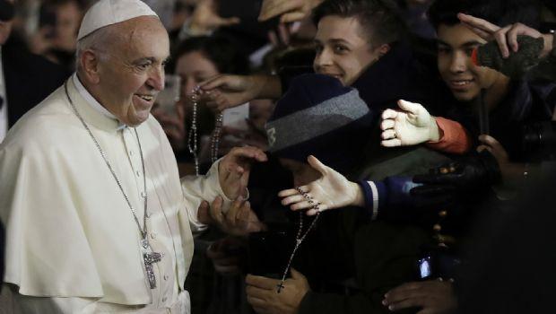 Papa insta a dejar atrás consumismo y charlas vacías en 2018