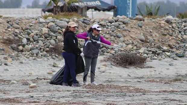 Limpian y levantan basura  de la playa de Santa María
