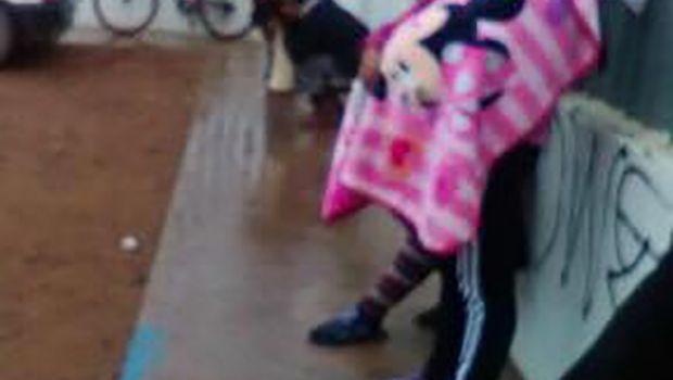 Madres con hijos esperan bajo lluvia que abrieran centro