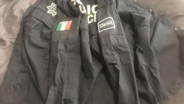 Molestos agentes con los uniformes