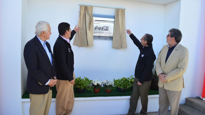 Develan placa en museo