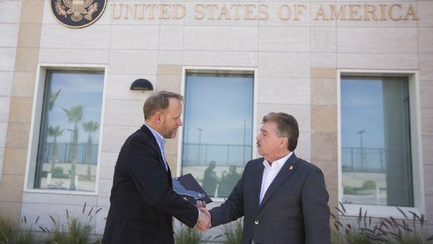 Entrega Gobernador Francisco Vega reconocimiento a Cónsul de EEUU en Tijuana