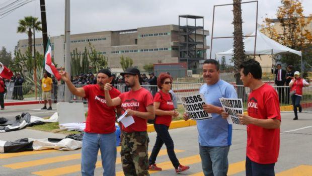 Preparan debate; protestan activistas