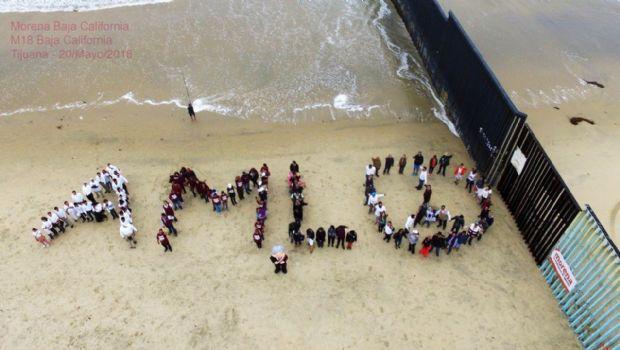 Llevan mensaje de AMLO junto al cerco fronterizo en Playas de Tijuana