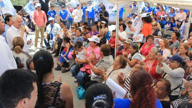 Festeja Jorge Ramos a las mamás y niños de la zona Este