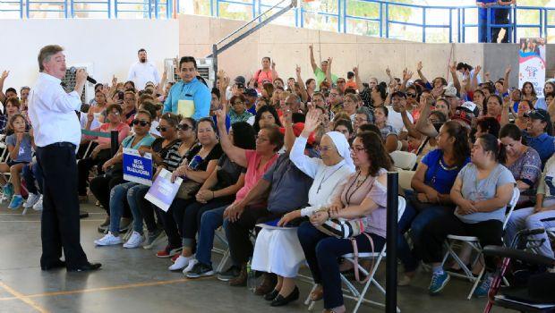 Entregó Kiko Vega apoyos sociales a familias mexicalenses