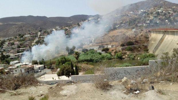 Atienden incendio en arroyo junto a la presa