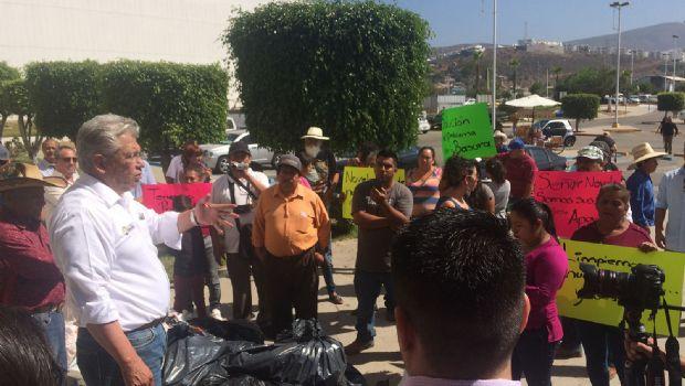 En protesta arrojan basura frente a palacio municipal