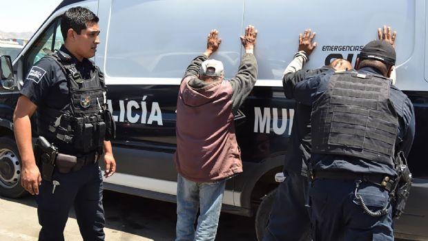 Son detenidos por golpear a hombre