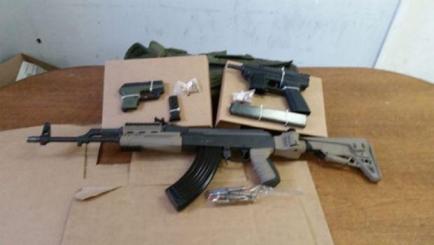 Decomisan armas y carro extranjero