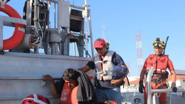 Rescatan a 13 personas de embarcación en altamar