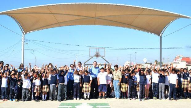 Instalan techo en escuela primaria