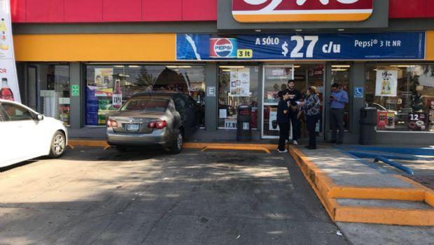 Choca auto contra fachada de tienda