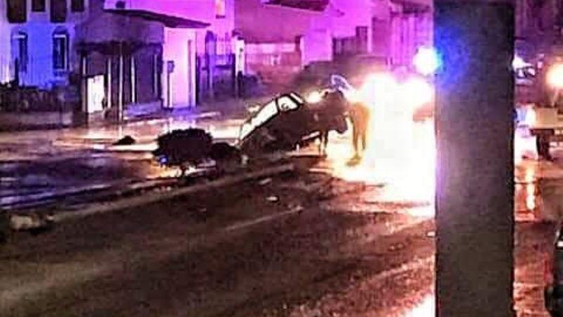 Caen dos vehículos a socavón en la Pedro Loyola